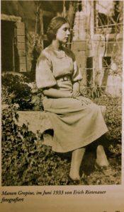 Manon Gropius sitzend im Garten