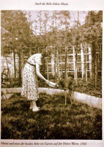 Manon Gropius füttert ein Reh.