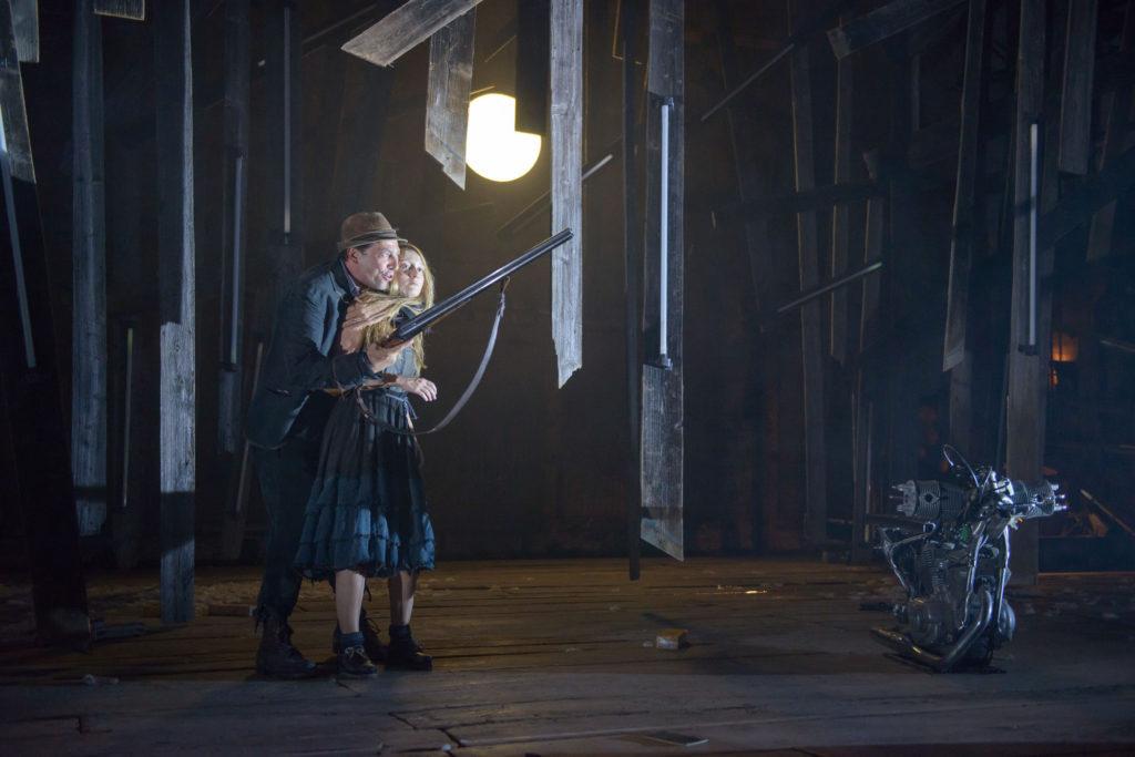 """""""Engel des Vergessens"""" von Maja Haderlap im Akademietheater Gregor Bloéb (Vater), Alina Fritsch (Ich 1)"""